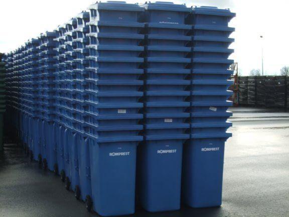 """为加强对垃圾桶的日常监管维护,昌邑环卫对全市25000余个垃圾桶进行统一调查摸底,将可以正常使用的垃圾桶、需要修补的垃圾桶及无法正常使用的垃圾桶一一登记入册;对发现缺盖、缺轮、桶体破裂等现象,随时进行了更新替换维修;对替换下来的垃圾桶统一进行了统一检修,缝缝补补后继续发挥""""余热"""",重新上岗。      定期对垃圾桶进行擦洗。昌邑环卫每天出动高压清洗车对城区内垃圾桶进行冲洗。同时,组织保洁员对全市垃圾桶进行每天擦洗,保证垃圾桶桶体干净整洁无油污。      加强对垃圾清运人员的培"""